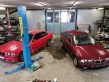 BMW e36 325i coupe ja 320i sedan